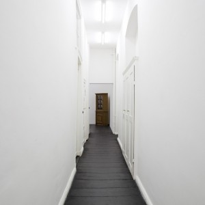 Installation view: Jay Chung & Q Takeki Maeda, «When Buffeted (Toter Winkel)«, Galerie Isabella Bortolozzi, Berlin, 21.11.09–22.12.09.