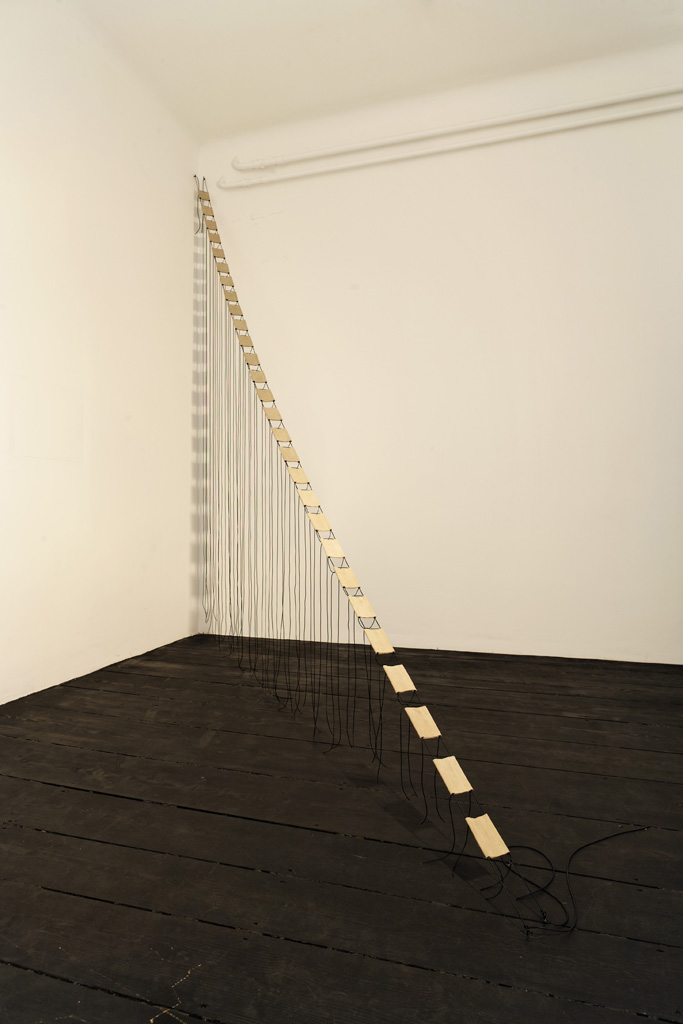 Leonor Antunes, »1969 II«, 2008. Rubber, leather, 300 x 20 x 3 cm.