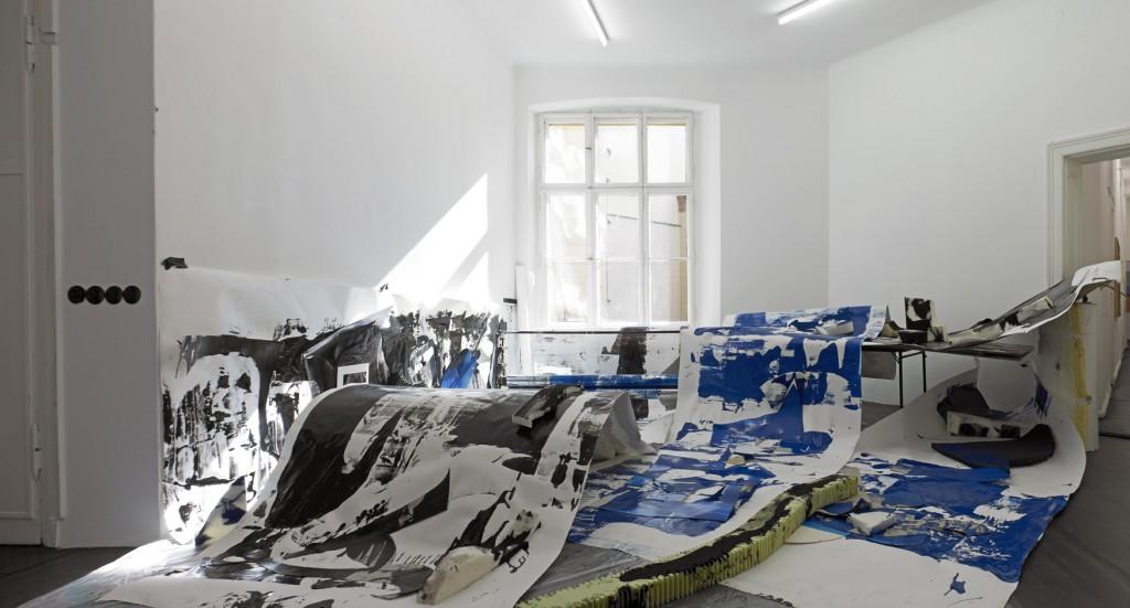 Nora Schultz in collaboration with Manuel Raeder, »Ein Traum: Die selbstgebaute Druck-Maschine arbeitet endlich«, 2012. Printing machine, paper prints, foam, dimensions variable. Unique.