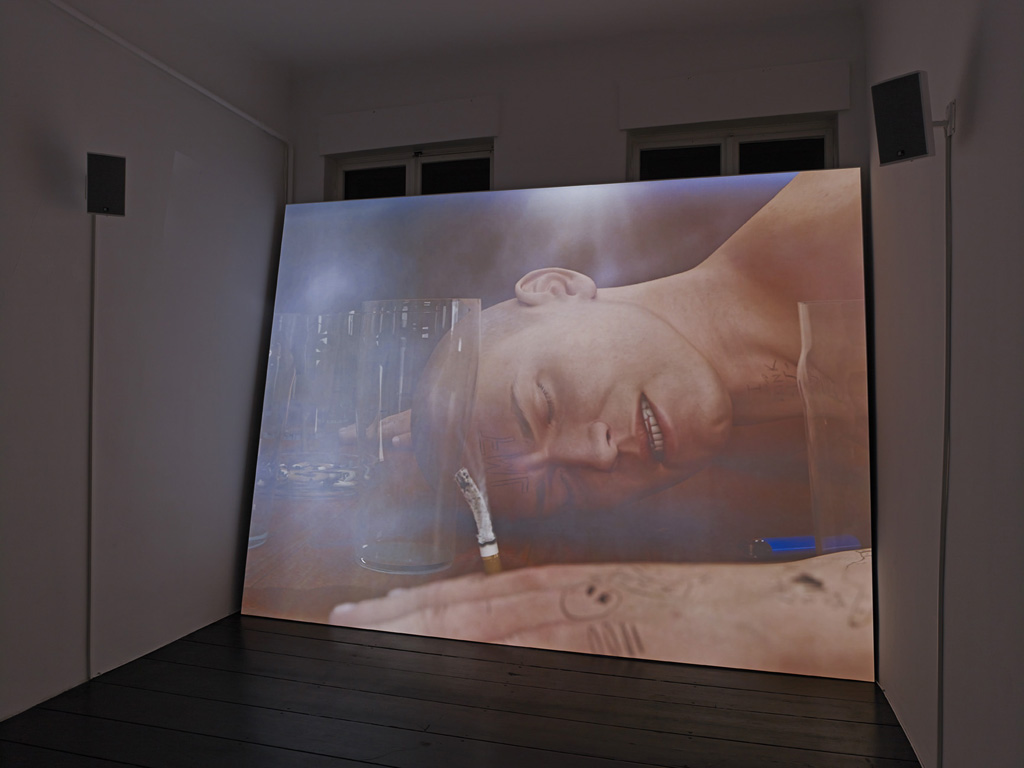 Ed Atkins, »Ribbons«, 2014, three channel 4:3 in 16:9 HD video with three 4.1 channel surround soundtracks