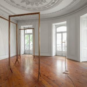 Installation view: Leonor Antunes, » linha é tão fina que o olho, apesar de armado com uma lupa, imagina-a ao invés de vê-la«, Kunsthalle Lissabon, Lisbon, 05.09.13-02.11.13
