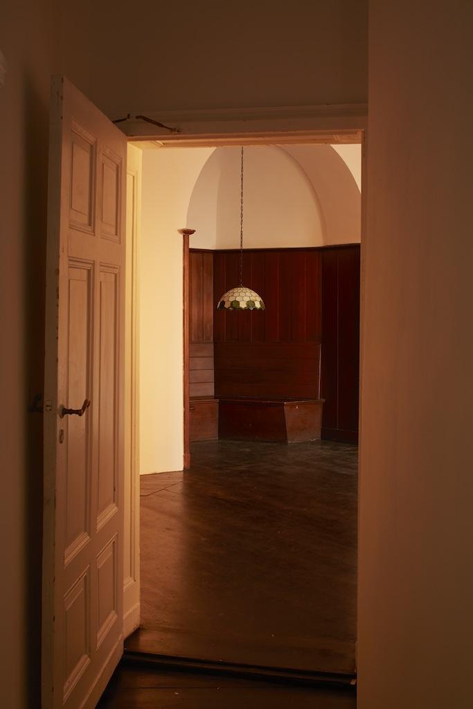 Calla Henkel & Max Pitegoff, »Tiffany Lamp (New Theatre)«, 2015, mixed media, 52 x 52 x 26 cm (lampshade), unique