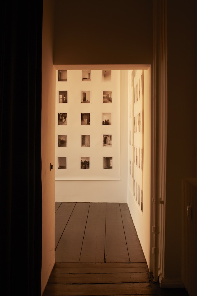 Calla Henkel & Max Pitegoff, »Grids I (Berlin, London, Zurich)«, 2015, 111 silver gelatin prints on paper, steel scaffolding, 7 stage lights, color gels, dimensions variable, unique