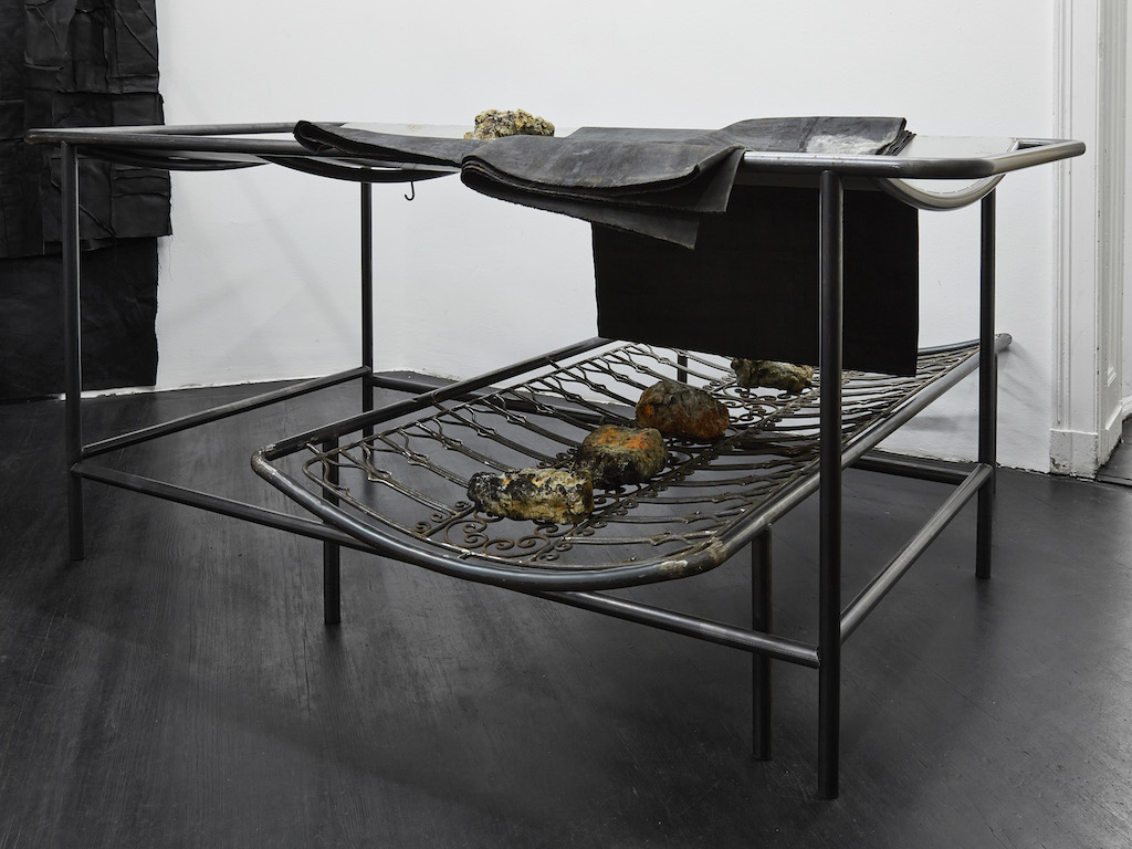 Oscar Murillo, »apparatus proof, B«, 2015-2016, steel, oil paint on canvas and linen, corn and clay, 103 x 200 x 230 cm