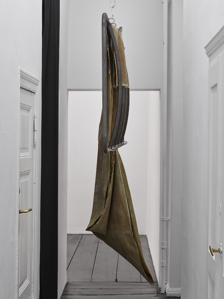 Oscar Murillo, »apparatus«, 2015-2016, industrial scale, copper wire, steel, latex on linen, 290 x 230 Ø 53 cm