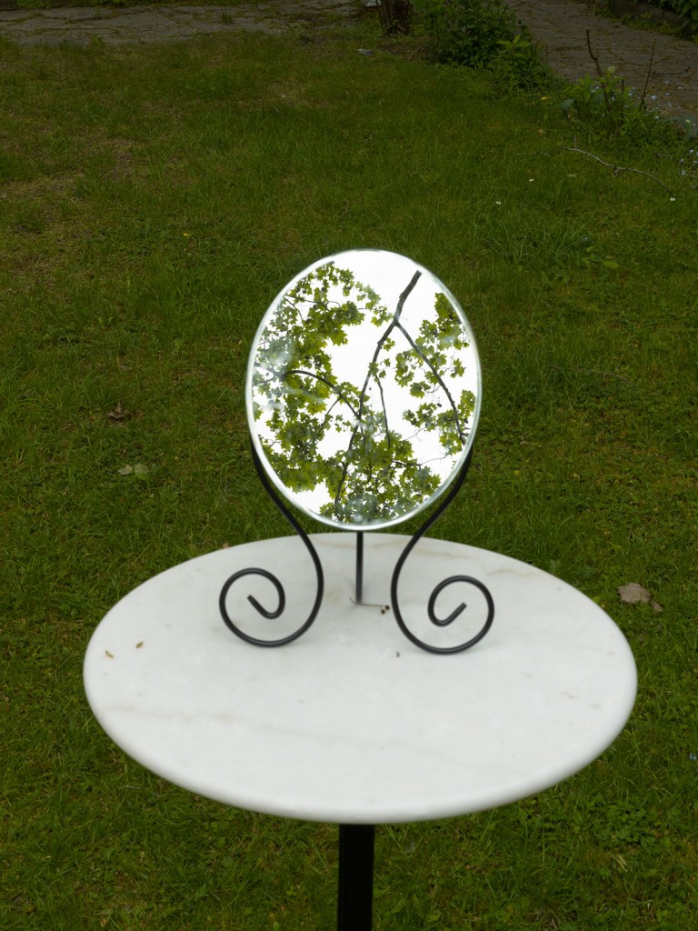 Juliette Blightman, »nothing of significance grows under the shade of a large tree - as tears go by«, 2012. Mirror, table and chair. Dimensions variable. Unique.