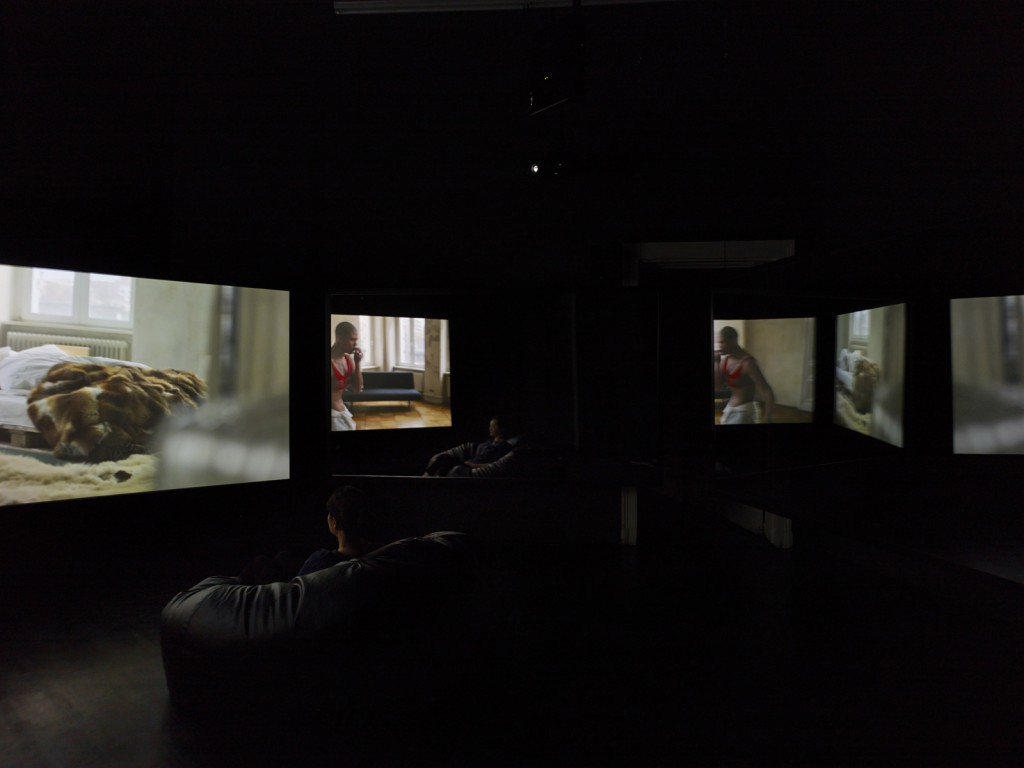 Wu Tsang. »A day in the life of bliss.« 2014. Two channels video installation, two screens, two mirrors each measuring 148.5 x 258 cm. Dimensions variable.