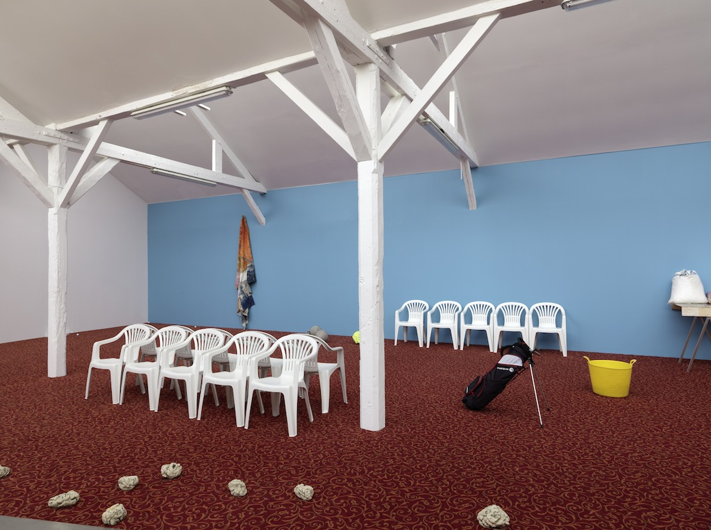 Oscar Murillo, »An average work rate with a failed goal«, installation view, 40mcube, Rennes, 26.09.14-29.11.14