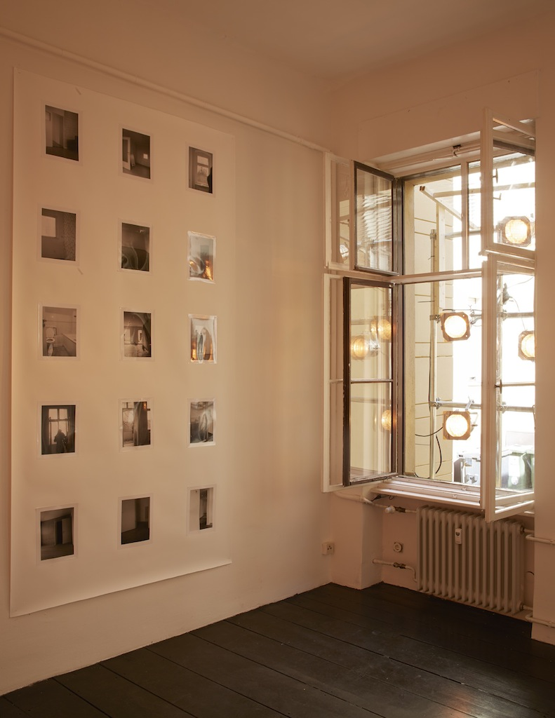 Calla Henkel & Max Pitegoff, »Grids I (Berlin, London, Zurich)«, 2015, 111 silver gelatin prints on paper, steel scaffolding, 7 stage lights, color gels, dimensions variable, unique