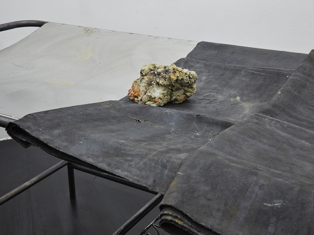 Oscar Murillo, »apparatus proof, B« (detail), 2015-2016, steel, oil paint on canvas and linen, corn and clay, 103 x 200 x 230 cm