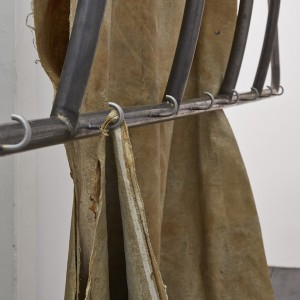 Oscar Murillo, »apparatus« (detail), 2015-2016, industrial scale, copper wire, steel, latex on linen, 290 x 230 Ø 53 cm