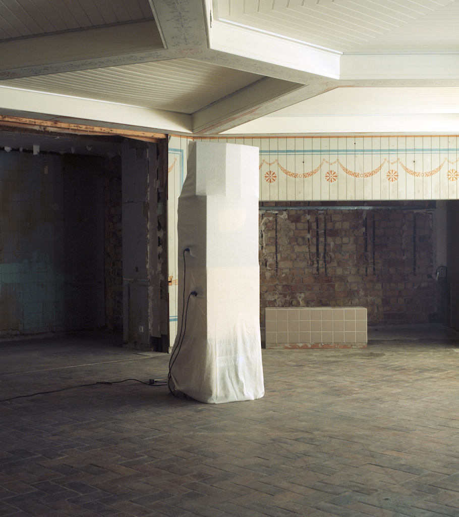 Calla Henkel and Max Pitegoff, »Schinkel Klause«, Schinkel Pavillon, 2016, with an installation by Grayson Revoir